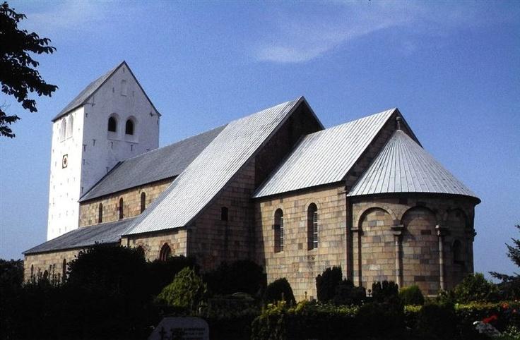 Den største kirke Vestervig Kirke i Thy er ikke kun Danmarks men Skandinaviens største landsbykirke. Synet af den store kirke langt ude på landet nær Limfjordens udmunding i Vesterhavet overrasker.