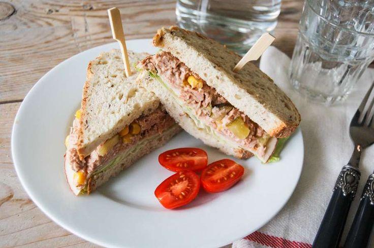 Recept voor sandwich tonnato voor 4 personen. Met zout, peper, brood, sla, tonijn uit blik, mayonaise, mosterd, maïskorrels, kappertjes, augurk en ham