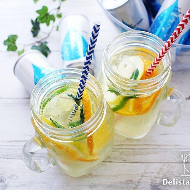 """ouchigohan.jp 2017/05/03 23:55:47 気分をあげてくれるオシャレな炭酸水""""ヨサソーダ""""!🥂🎉 . だんだん暖かくなってきましたね! 昼間には夏日のときもあり、爽やかな飲み物が飲みたい!なんてこともしばしば。🏝😎✨ 気分を変えたい時にシュワ~っとはじける炭酸水😆👍 そのまま飲んだり、割って飲んだりと、みなさんはどんな楽しみ方をしていますか? . そんな炭酸水の中でもオススメなのが、 今おうちごはんでプレゼントキャンペーン開催中の""""ヨサソーダ""""。👀🤳 190mlという飲みきりサイズで、缶に入った炭酸水なんです。 残して炭酸が抜けちゃう…」という失敗も避けられそうですよね😋🍀 また、強炭酸のため、ジュースで割ってもしっかり炭酸を感じることができそうです🙌🍳 . おうちごはんではこのソーダを使って フルーツいっぱいのノンアルコールサングリアדヨサソーダ""""を楽しんでみましたよ! 公式サイトではノンアルコールサングリアのレシピも公開しています🥂 チェックしてみてくださいね。🤙 ▼▼レシピ記載のページはこちら▼▼…"""