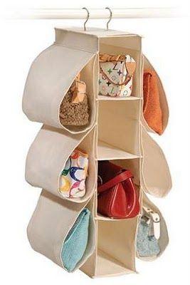 Los estantes verticales de tela o plástico que se cuelgan en el clóset sirven para guardar carteras medianas y pequeñas