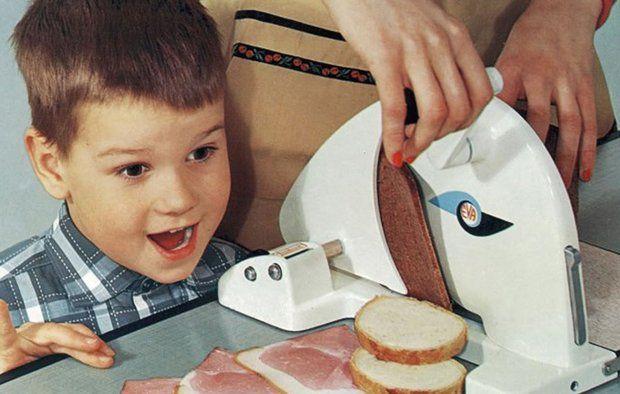 glad dreng og pålægsmaskine
