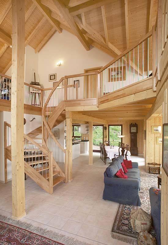 Offenes Treppenhaus mit Galerie und viel sichtbare…