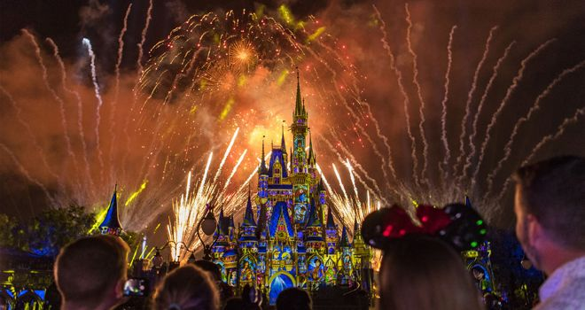 Guide to Viewing Disney Fireworks Outside the Parks - http://www.orlandodatenightguide.com/2017/06/disney-fireworks-outside-the-parks/