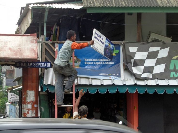 Salah satu tim pembongkaran di jalan Balap Sepeda III Jakarta Timur