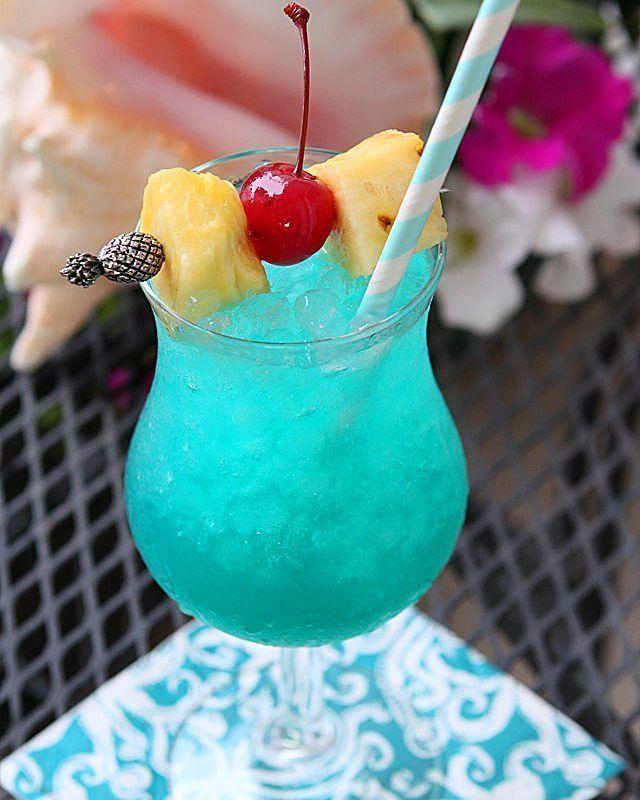 Blue Hawaiian  Ingredientes:  Jugo de Piña Ron Blanco Crema de Coco Curaçao Azul  Preparación:  Vierta en la licuadora con hielo picado 1oz de Ron Blanco, 1oz de Azul de Curazao, 1oz de Crema de Coco y 2oz de Jugo de Piña. Mezcle a velocidad máxima durante 10 segundos, sirva en un vaso alto y adorne con una piña y una cereza.