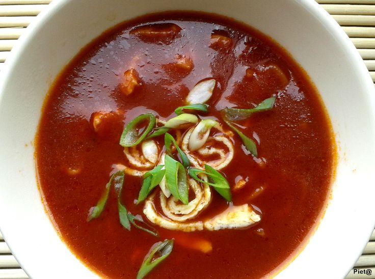 Ben je ook zo gek op de tomatensoep bij de Chinees?  Met onderstaand recept maak je een tomatensoep die smaakt zoals bij de Chinees... mmmm...