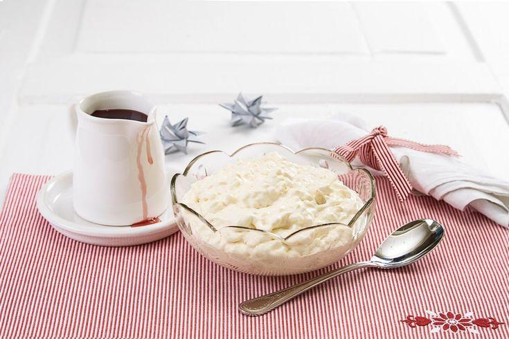 Hjemmelaget riskrem er for mange en herlig avslutning på julemiddagen. Det blir ikke jul før du har spist riskrem med rød saus til dessert.