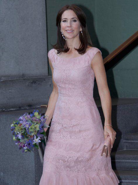 Mary von Dänemark strahlte in einem Traum aus roséfarbener Spitze. Königin Máxima hat das gleiche Modell – Weiterklicken!
