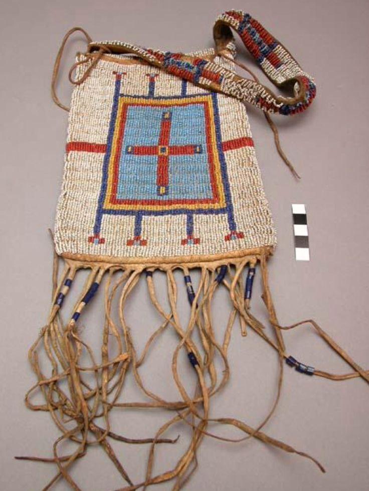 Кожаная сумочка с бисерной вышивкой (Наскапи?) Сиксика. Размеры 21.5 x 16.5 x 1.2 cм. Квебек.  Источник: William Brooks Cabot ( 25 мая 1949 года) Peabody Museum of Archaeology and Ethnology at Harvard University.