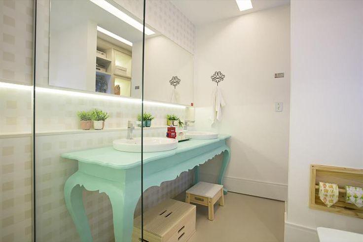 Quarto Infantil – Suíte Colorida - Banheiro Infantil - Decoração de Banheiros - Banheiros Decorados - Banheiro Colorido - Bancadas para Banheiro - Bancada Provençal - Espelho na Parede - Fita de Led - Duas Cubas - Cuba de Sobrepor - Banquinho Infatil - Banco de Madeira - #BlogDecostore