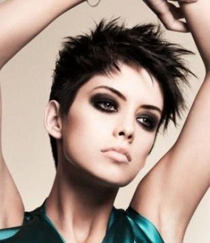 Les 25 meilleures id es concernant coupe tres courte femme for Coupe court sur les cotes cheveux raide