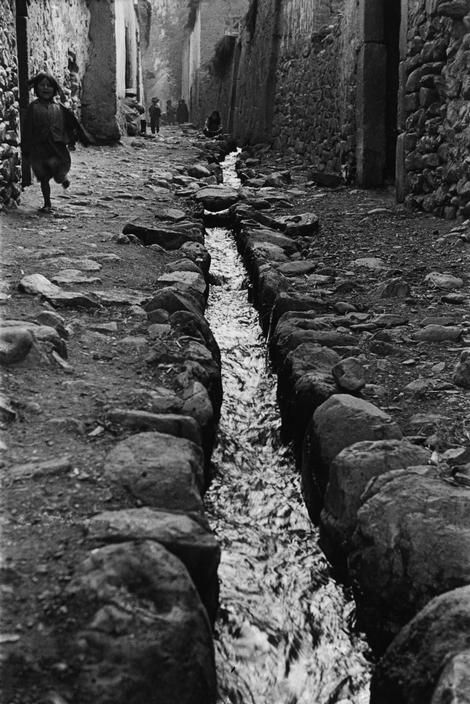 Sergio Larrain :: PERU. 1957. Around Cuzco. Village on the road to Machu Pichu.