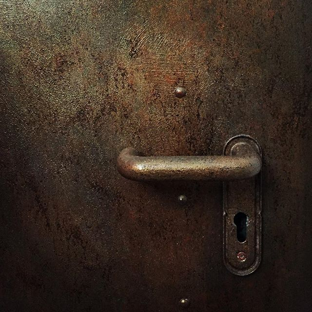Una banale porta tagliafuoco rivisitata in chiave contemporanea. A firedoor with faux rust finish #rust #ruggine #firedoor #fauxrust #decoration #decorazioni #mywork #lovemyjob #industrial #relooking #door @valpaint