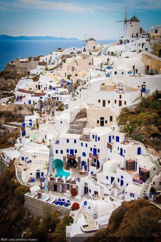 Santorini, isla griega en azul y blanco.
