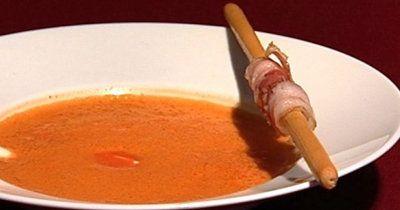 Томатный суп пюре с беконом  Томатный суп пюре не только очень вкусный, но его еще можно очень оригинально подать... с беконом-спиралькой!  Если вы будете использовать свежие зрелые помидоры, то суп будет очень и очень вкусным. Не исключается возможность приготовления супа из консервированных помидоров, но попробуйте все же первый раз приготовить его из свежих томатов! Тогда вы сможете оценить вкус этого супа!  Для оригинальной подачи супа спиральки из бекона и крошка!