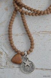 Ketting houten kraal met twee zilverkleurige bedels en houten hart