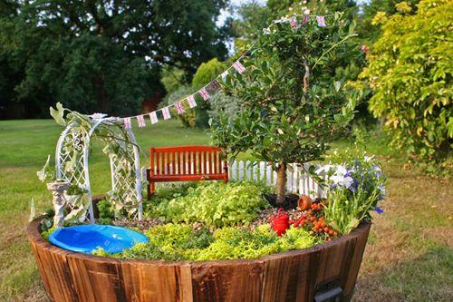 プランターや植木鉢を使って小人の庭を作ってみませんか?作り方はとっても簡単。大きめのプランターや植木鉢内にお好きな草花を植え、お好みのオブジェを置くだけ。それだけでメルヘンチックな可愛らしい小人の庭が完成します。簡単にできて、とっても可愛いプランター内ガーデンをぜひお試しください♪