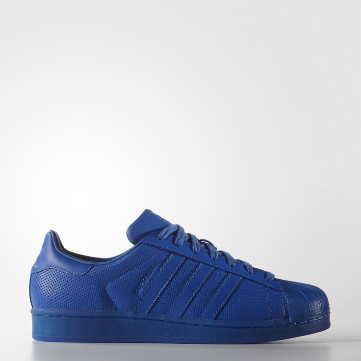 De adidas Superstar schoen blijft een icoon in hiphop-streetstyle. De versie van dit seizoen behoudt de karakteristieke details zoals de iconische shell-toe, maar bedekt het leren bovenwerk met stervormige perforaties. Met een doorschijnende loopzool in dezelfde kleur voor een oogverblindende stijl.