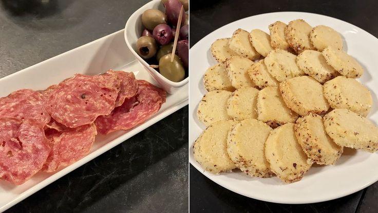 Här bjuds det på knapriga, smakrika snacks. När tunna skivor korv och skinka rostas i ugnen blir smaken härligt koncentrerad. De spröda parmesankexen har en tendens att snabbt försvinna från faten.