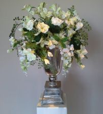 Bloemstuk gemaakt van de mooiste zijden bloemen. Bloemstukken huren voor bedrijven, bruiloften en evenementen. Bloemstuk is gemaakt van zijden bloemen. Los te koop via www.bloemstukservice.nl
