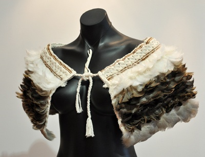love the softeness of the feathers in combinatino with the woven collar bit  Resultat av Googles bildsökning efter http://www.kuragallery.co.nz/images/robin-hill-shoulder-korowai-duck-feathers.jpg