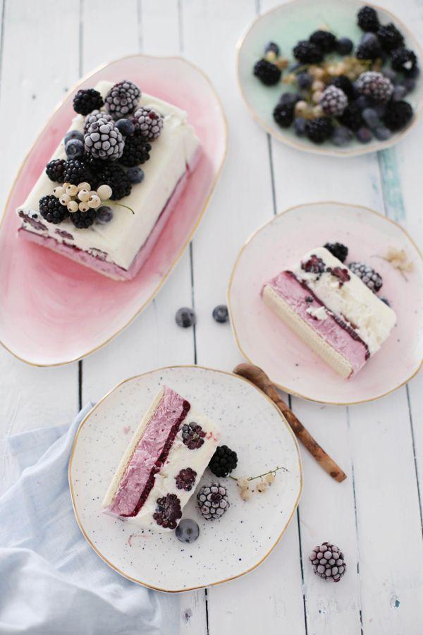 Ich liebe Joghurteis bei diesen sommerlichen Temperaturen.     Auf der Suche nach einem Dessert, welches sich einfach zubereiten läss...