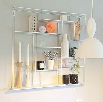 Tøff hvit hylle i metall! Denne hyllen er fin å ha på kjøkkenet, i stuen, soverommet, eller hvorfor ikke på badet? Mål 80x80x12 cm Denne varen koster 199,- i frakt.