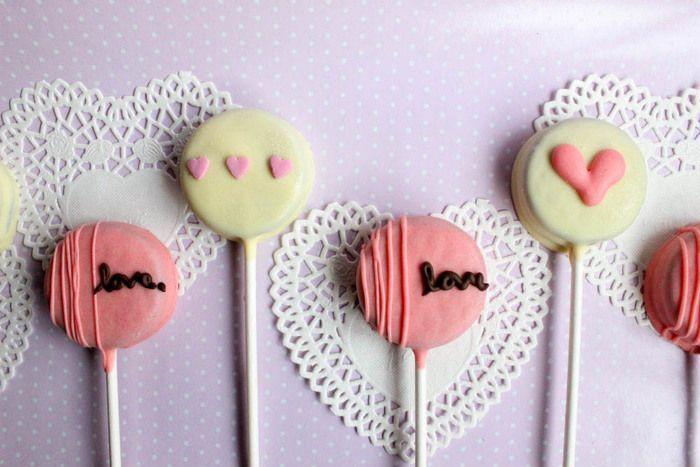 「オレオ」にチョコレートをかけて、好きなものでデコレーション。 ポップキャンディー風で、遊び心たっぷりのアレンジです。