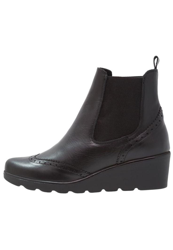 ¡Consigue este tipo de cuñas de Kiomi ahora! Haz clic para ver los detalles. Envíos gratis a toda España. KIOMI MEXICO Botines de cuña black: KIOMI MEXICO Botines de cuña black Zapatos     Material exterior: piel, Material interior: cuero de imitación/tela, Suela: fibra sintética, Plantilla: cuero   Zapatos ¡Haz tu pedido   y disfruta de gastos de enví-o gratuitos! (cuñas, yute, yutes, cuña, wedges, wedge, keilschuhe, tacón de puente, talons compensés, zeppe con rialzo, cuñas)