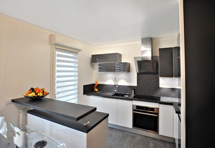 Rénovation cuisine grise et blanche laquée, plan de travail stratifié gris anthracite, plan snack, @secretsdeco
