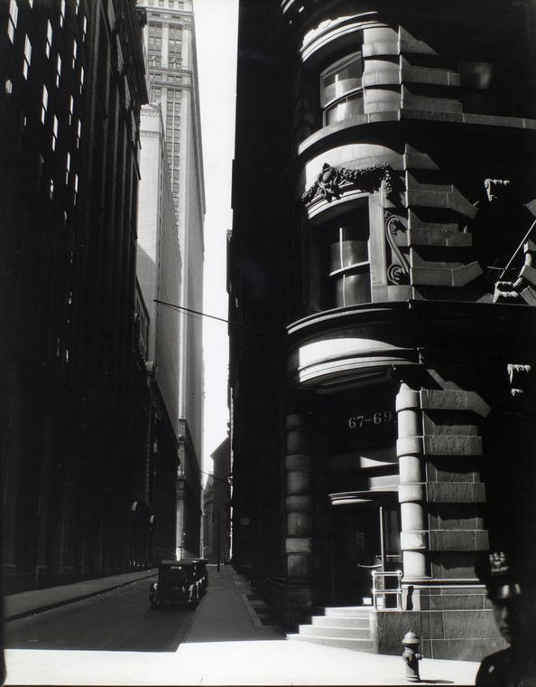Berenice Abbott - Cedar St from William St, NYC, 26 III 1936