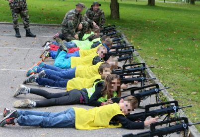 À la faveur d'ateliers « découverte » menés par des personnels de la compagnie de réserve du 40e RT à l'école de Flastroff, les élèves ont pu manipuler fusils d'assaut Famas et pistolets automatiques. Malaise…