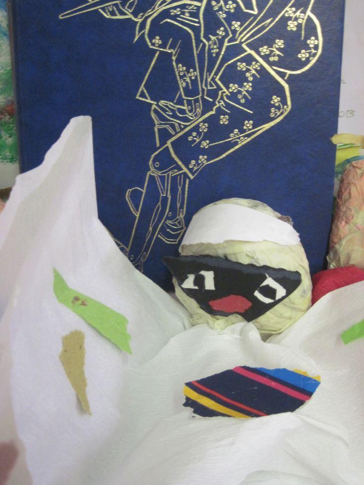 """Abbiamo fatto un laboratorio di burattini fatti con vari tipi di carta tagliata """"a strappo"""", partendo dal Teatro di Mangiafuoco (vedi in fondo """"Le avventure di Pinocchio""""). Un bambino ha fatto questo Pulcinella .... Non è bellissimo?"""