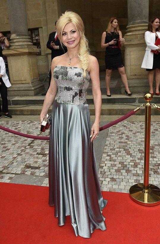 Na párty italské banky byl předepsaný dress code smart casual a ženám doporučoval zvolit červený prvek. Návrhářka Natali Ruden tuto skutečnost bohužel nerespektovala.