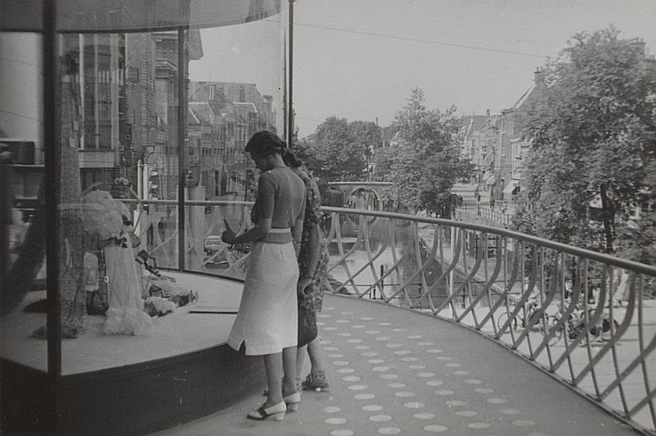 Hoek Lange Viestraat - Oudegracht 1940 | Zaterdag heerlijk winkelen op de traverse van de nieuwe Galeries Modernes