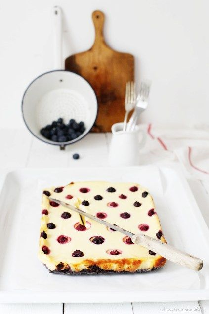 Polka Dot Cheesecake – Der Brownie-Käsekuchen als Himbeer-Blaube Pünktchen Schnitte   Zucker, Zimt und Liebe (Quelle: http://zuckerzimtundliebe.wordpress.com/2013/06/16/polka-dot-cheesecake-der-brownie-kasekuchen-als-himbeer-blaube-punktchen-schnitte/)