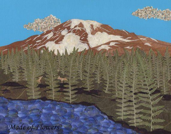 Il s'agit d'une copie d'une pièce originale de fleurs pressées. Mont Rainier se trouve dans un cadre serein avec des nuages blancs gonflés. Deux loups se cachent parmi les pins majestueux près d'un lac tranquil. L'original était composé des éléments suivants: Nuages - gypsophile Mont Rainier - Brown feuilles et fleurs d'hortensia blanches Arbres - fougère Roches - dahlia rouge foncé Eau - delphinium bleu Loups - feuilles marrons «Faite de fleurs» texte pas sur l'impression
