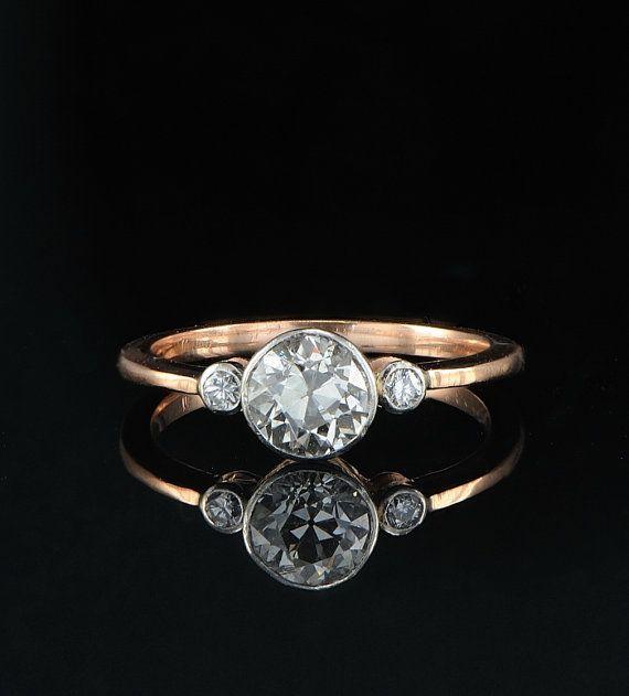El pulcro diseño de este anillo engañosamente moderno.