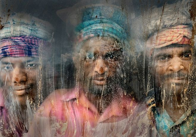 amvrakia: Οι καλύτερες φωτογραφίες του 2015 απο το National Geographic.Οι εργαζόμενοι σε λατομείο κατέλαβαν τη δεύτερη θέση,Το πρόσωπό τους είναι γεμάτο σκόνη κα άμμο.Τρεις από τους εργάτες κοιτάζουν έξω από το παράθυρο στον χώρο εργασίας τους,στο Chittagong,Μπαγκλαντές.Φωτο Faisal Azim