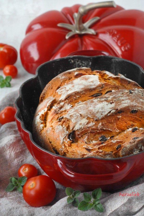 Tomatenbrot mit Oregano aus der Cocotte - http://back-dein-brot-selber.de/brot-selber-backen-rezepte/tomatenbrot-mit-oregano-aus-der-cocotte/