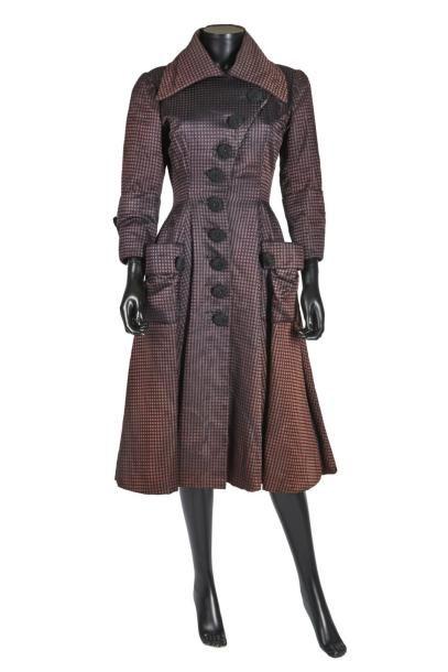 BALENCIAGA Haute Couture, circa 1948/50 MANTEAU-ROBE en satin de soie façonné quadrillé noir sur fond bourgogne, col cranté transformable, boutons en passementerie (griffe noire, graphisme blanc) (léger… - Artcurial - 03/02/2017