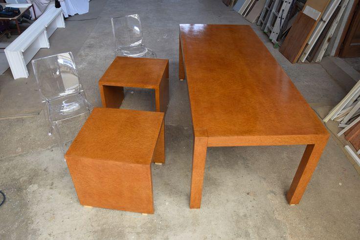 tavolo realizzato su misura in stile Decò con pregiata radica e verniciatura a mano tecnica tradizionale a gommalacca