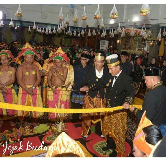 Bepelas / Putra Mahkota kesultanan menginjak Gong dengan berpegangan Tali Juwita  #jejakbudaya #Erau #Kutaikartanegara