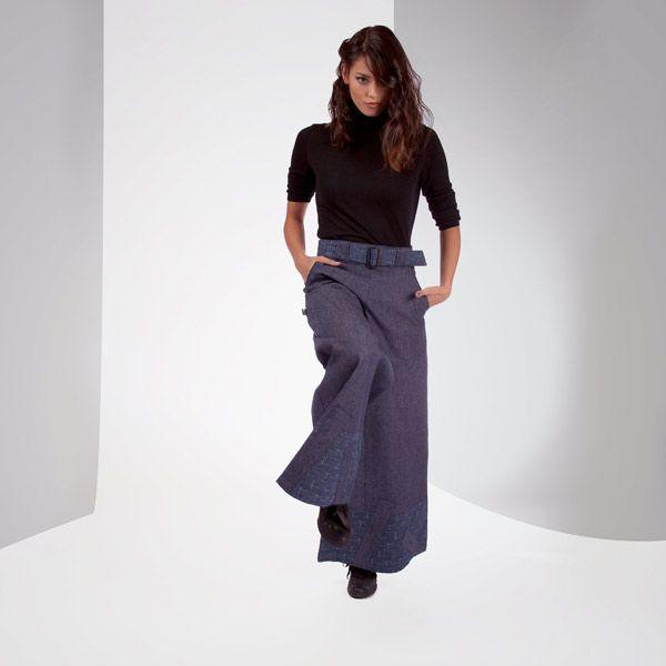 PANTALON TINWEST de chez Chilia : Esprit rétro et ligne parfaite pour ce pantalon à taille haute. Sa large ceinture à boucle rappelle les petites herbes folles dessinées au bas des jambes : une pièce maîtresse !