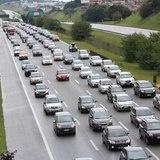 Trânsito dá prejuízo de quase R$ 8 mil por ano por motorista Conta considera o tempo perdido pelo donos de carros que poderia ter sido gasto de maneira mais produtiva, para geração de renda, além de despesas extras com combustíveis Os engarrafamentos no trânsito causam prejuízo de R$ 7,6 mil por ano em média para cada proprietário de carro em São Paulo e no Rio, de acordo com estimativa do professor Paulo Resende, da Fundação Do Agência Estado   03/06/2013 18:31:38 (Leia [+] clicando na…