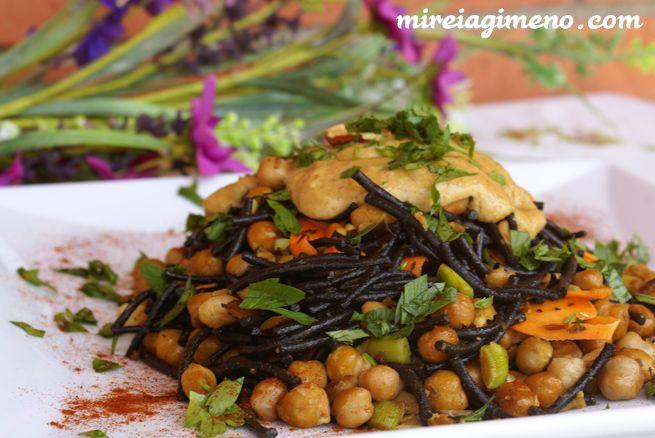 Fideos de algas con garbanzos y ali-oli de almendras tostadas - receta vegana