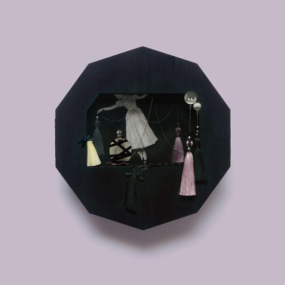 「霧とリボン」主宰、ミストレス・ノールのオブジェ作品《宝石の遺香──ダイヤモンド》(2011年)です。ジョージ・バランシン振付のバレエ《ジュエルズ》の舞台から...|ハンドメイド、手作り、手仕事品の通販・販売・購入ならCreema。
