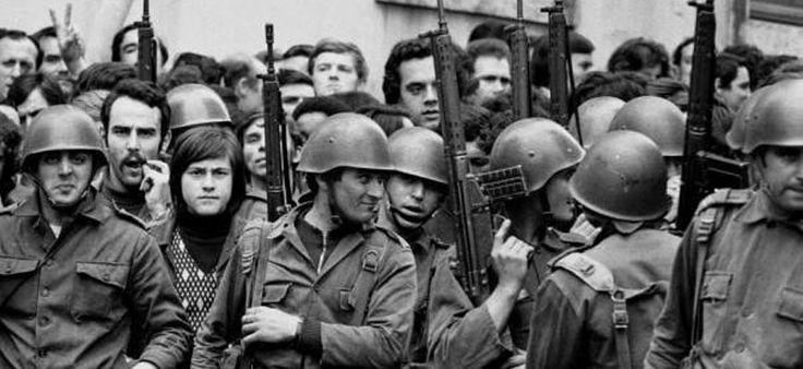 Recordar o 25 de abril de 1974 Dia da Liberdade A data celebra a revolta dos militares portugueses que a 25 de abril de 1974 levaram a cabo um golpe de Estado militar, pondo fim ao regime ditatorial do Estado Novo, liderado por António de Oliveira Salazar, que governava Portugal desde 1933.