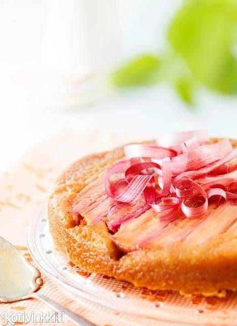 Keikauskakku on klassikko, jossa hapokas raparperi on parhaimmillaan. Tarjoa raparperikeikauskakkukakku vaniljajäätelön tai -kastikkeen kera.