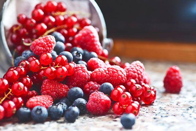 Bessensmoothie kan helpen blaasontsteking te voorkomen. 1 handvol blauwe bessen, 1handvol frambozen, 1 handvol rode bessen,  2 sinaasappels,   Spinazie voor  het.ijzer ..  Schil de sinaasappels en doe alles in de blender. Pure vitamine bommetjes in deze heerlijke Smoothie voor iedere dag.